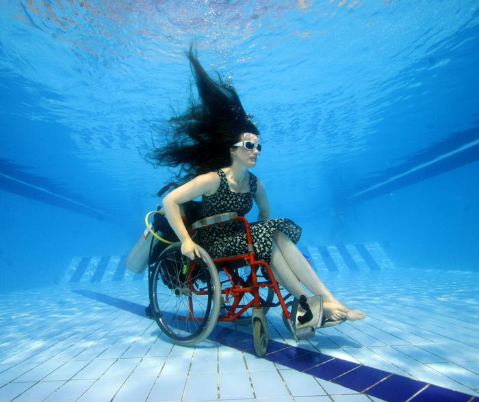 Sue Austin gleitet mit ihrem Rollstuhl unter Wasser