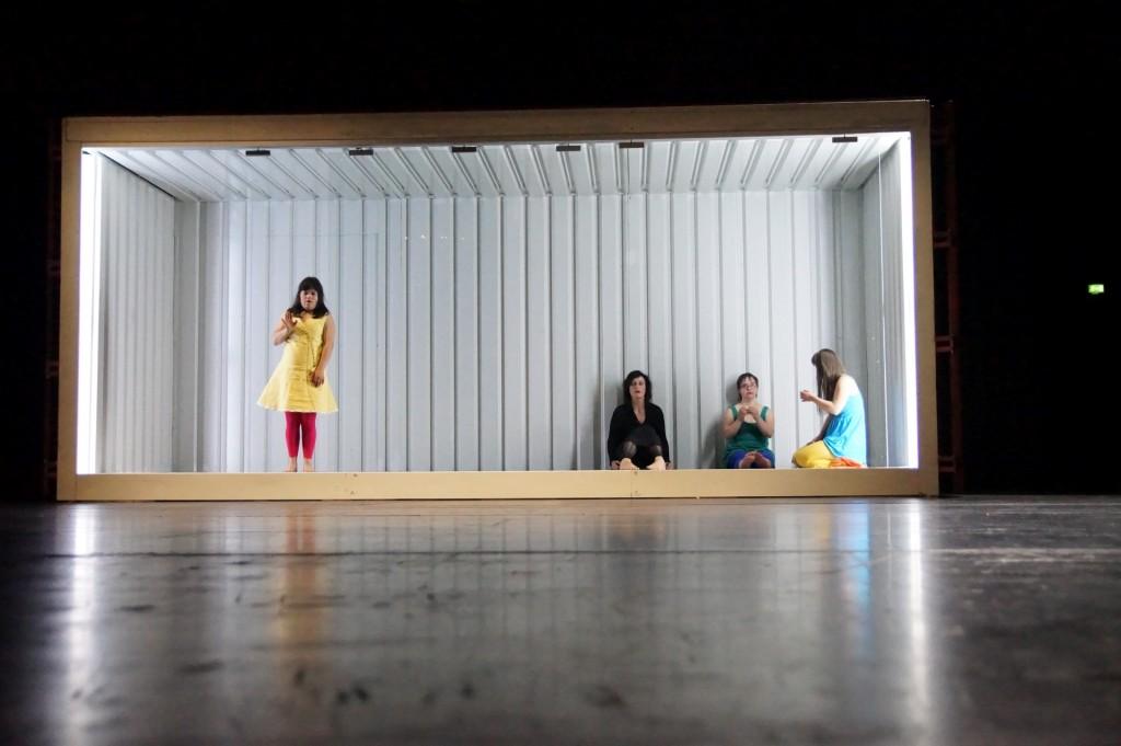 Nele Winkler, Angela Winkler, Rita Seredßus und Juliana Götze (v.l.n.r.) als die drei Schwestern und Amme im Schiffscontainer.