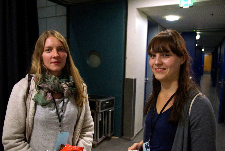 Mona Riedel (links) und Bianca Wolf von der Festivalorganisation im Kleinen Haus des Staatstheaters © Holger Rudolph