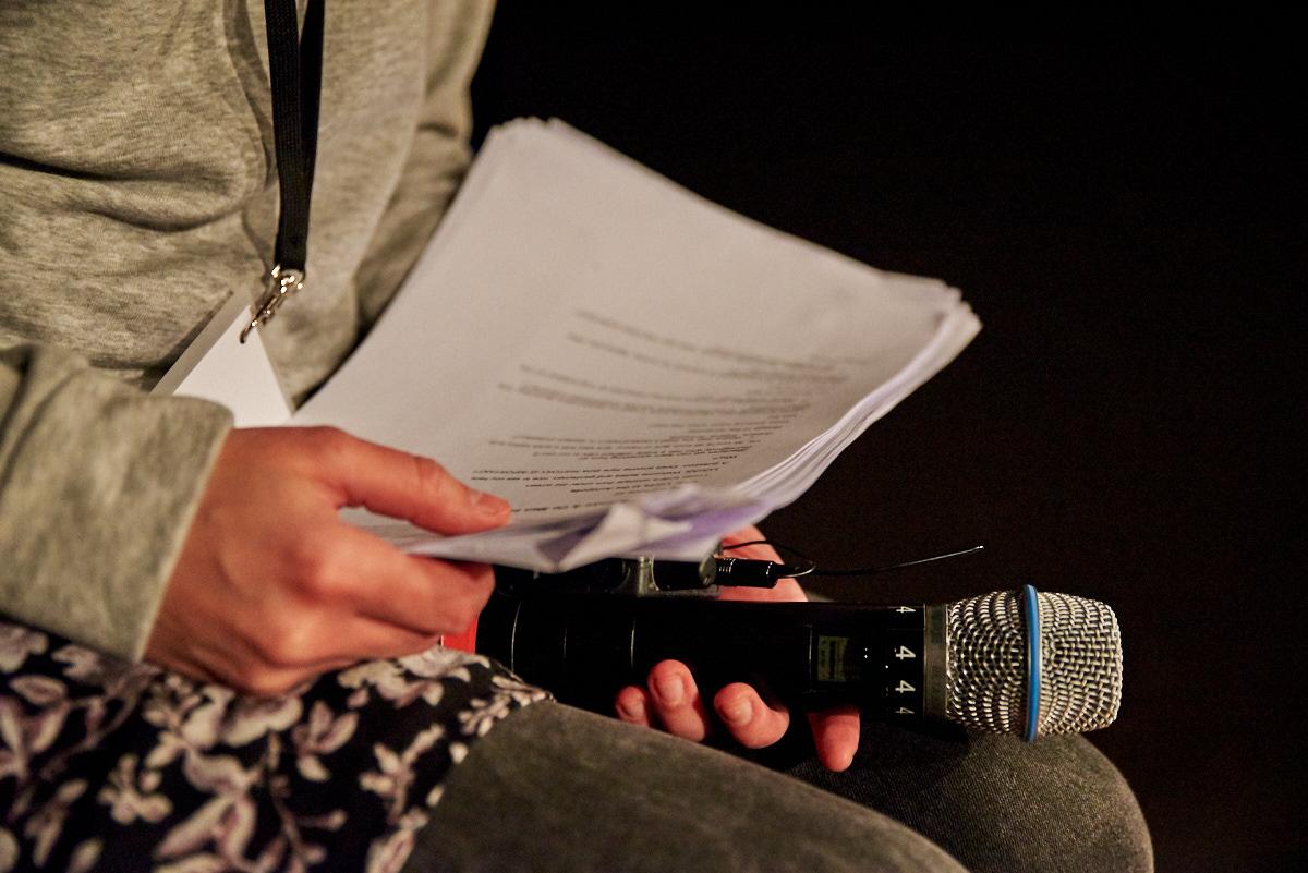 Die Beschreibungen werden während des Stücks live über Headsets eingesprochen.